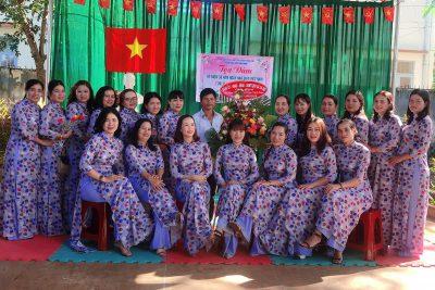 Tập thể CB-GV -NV, học sinh, phụ huynh trường Mẫu giáo Bình Minh chào mừng kỉ niệm ngày 20/11/2020
